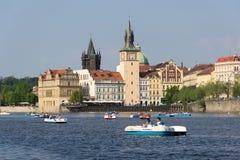 Turystyczny żeglowanie na pedałowych łodziach na Vltava rzece blisko Charles mosta w Praga, republika czech Obraz Royalty Free