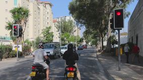 Turystyczny autobus jedzie w Gibraltar ulicach Przewodnik wycieczek opowiada zwiedzający przedmiot Widok przez frontowego okno zbiory wideo