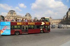 Turystyczny autobus jedzie za louvre w Paryż, Francja Obrazy Royalty Free