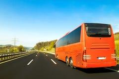 Turystyczny autobus na asfaltowej autostrady drodze w pięknym wiosna dniu przy c zdjęcia royalty free