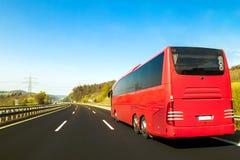 Turystyczny autobus na asfaltowej autostrady drodze w pięknym wiosna dniu przy c zdjęcie stock