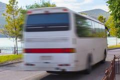 turystyczny autobus rusza się wzdłuż drogi Fotografia Royalty Free