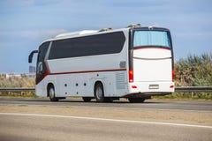 Turystyczny autobus Rusza się na wiejskiej drodze Fotografia Stock