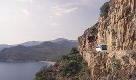 Turystyczny autobus w Śródziemnomorskim krajobrazie Fotografia Stock