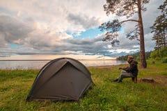 Turystyczny bawić się gitara pobliski obozowy namiot fotografia royalty free