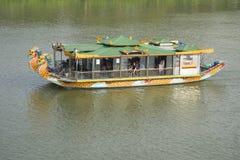Turystyczny catamaran iść wzdłuż rzeki w mieście odcień, Wietnam Zdjęcia Royalty Free
