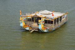 Turystyczny catamaran, wycieczka na rzece w mieście odcień, Wietnam Obrazy Royalty Free