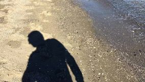 Turystyczny cień na piasku zbiory wideo