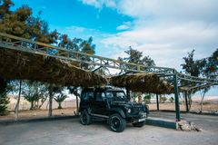 Turystyczny dżip jest pod baldachimem w Aqaba blisko morza fotografia royalty free