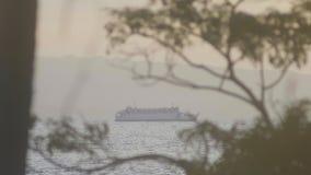 Turystyczny ferryboat żegluje na morzu na góry tle w zatoce zbiory