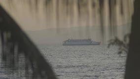 Turystyczny ferryboat żegluje na morzu na góry tle zdjęcie wideo