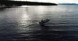 Turystyczny jeżdżenie i Manewrować na Nadmuchiwanej łodzi zdjęcie wideo
