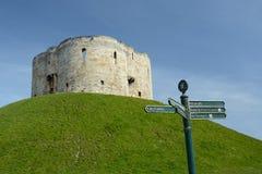Turystyczny kierunku kierunkowskaz Cliffords wierza kamienny zabytek w Jork UK fotografia royalty free