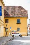 Turystyczny klasyczny samoch?d i Zagreb pi?kne ulicy obraz stock