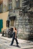 Turystyczny kobiety odprowadzenie na dziejowej Lvov ulicie obrazy stock