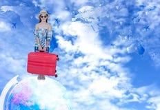 Turystyczny kobiety podróżowanie i sprawdza wewnątrz obywatelstwa powietrze na świacie wokoło Obrazy Royalty Free