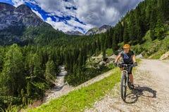 Turystyczny kolarstwo w Cortina d ` Ampezzo, stunning skaliste góry o fotografia royalty free