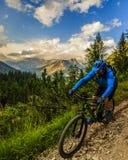 Turystyczny kolarstwo w Cortina d ` Ampezzo, stunning skaliste góry o obrazy royalty free