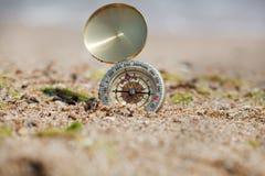 Turystyczny kompas na gorącym piasku zdjęcia stock