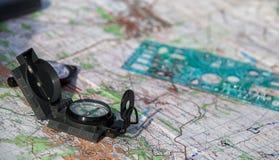 Turystyczny kompas na mapie Aktywna turystyka i kartografia zdjęcie stock