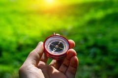 Turystyczny kompas w jego r?ce outdoors w lesie obraz royalty free