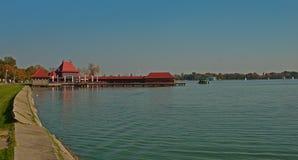 Turystyczny kompleks z molem na Palic jeziorze, Serbia obraz royalty free
