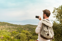 Turystyczny mężczyzna bierze fotografię piękny krajobraz zdjęcie stock