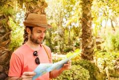 Turystyczny mężczyzna patrzeje mapę - lato egzota wakacje zdjęcia royalty free