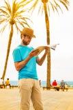 Turystyczny mężczyzna patrzeje mapę - lato egzota wakacje fotografia stock