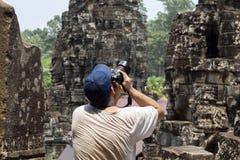 Turystyczny mężczyzna robi fotografiom w Bayon świątyni, Angkor Wat Kambodża zwiedzać i podróż Angkor Wat scena obrazy royalty free