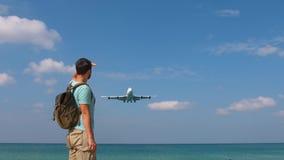 Turystyczny mężczyzna z plecakiem wita samolot dla podróży Cześć wakacje pojęcie zbiory
