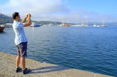 Turystyczny mężczyzna zwiedza przy Sozopol portem Zdjęcia Stock