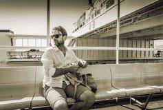 Turystyczny mężczyzna podróżuje ferryboat & x28 w okularach przeciwsłonecznych; ship& x29; Obrazy Royalty Free