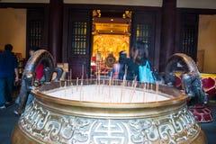 Turystyczny modlenie przy Buddha zębu relikwii muzeum i świątynią Obrazy Royalty Free