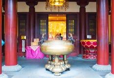 Turystyczny modlenie przy Buddha zębu relikwii muzeum i świątynią Zdjęcie Stock