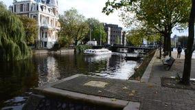 Turystyczny Motorboat pływa statkiem kanał Amsterdam, holandie zbiory wideo