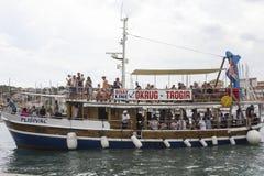 Turystyczny naczynie w Trogir, Chorwacja, z ludźmi na ot Zdjęcie Stock