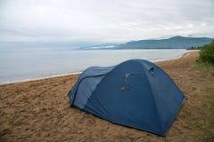 Turystyczny namiot na brzeg Jeziorny Baikal, Chmurna pogoda po deszczu obrazy royalty free