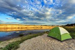 Turystyczny namiot w lasu obozie Zdjęcia Royalty Free