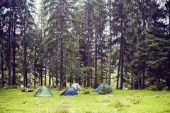 Turystyczny namiot w zielonych lasu om górach Obraz Stock