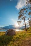 Turystyczny namiotowy pobliski jezioro przy zmierzchem obrazy stock