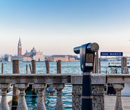 Turystyczny obuoczny z Wenecja laguną w tle Obraz Royalty Free