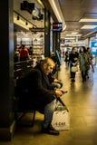 Turystyczny odpoczywać jego mądrze telefon i wyszukiwać obraz royalty free