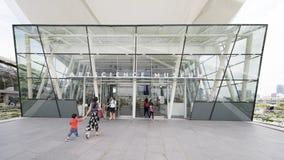 Turystyczny odprowadzenie przez drzwi ArtScience muzeum Obraz Stock