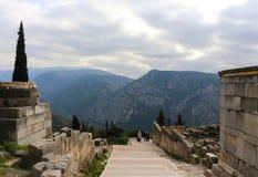 Turystyczny odprowadzenie puszek od ruin antyczny Delphi z doliną, góry i burzowy niebo Obraz Stock