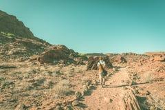 Turystyczny odprowadzenie w Namib pustyni, Namib Naukluft park narodowy, Namibia Przygoda i eksploracja w Afryka Stonowany wizeru zdjęcia royalty free