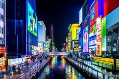 Turystyczny odprowadzenie w noc zakupy ulicie przy Dotonbori w Osaka, Japonia Zdjęcia Royalty Free