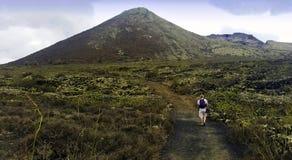 Turystyczny odprowadzenie wulkanu losu angeles korona słoneczna - Lanzarote, wyspy kanaryjska, Hiszpania obrazy royalty free