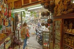 Turystyczny odprowadzenie z handcrafts sklep Fotografia Stock