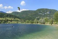 Turystyczny paragliding na jeziornym Bohinj sławny miejsce przeznaczenia nie daleko od jeziora Krwawiącego, w Slovenia Fotografia Royalty Free